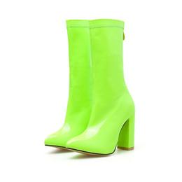 Женские неоновые каблуки онлайн-2019 женщины 11 см высокие каблуки сапоги фетиш неоновый зеленый блок каблуки середины икры сапоги коренастый Осень Зима роскошный дизайн обувь