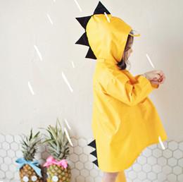 2019 ropa de jardín de infantes Niños dinosaurio con capucha capa de lluvia jardín de infantes impermeable de dibujos animados lindo poliéster lluvia ropa bebé niña niño ropa de lluvia ropa de jardín de infantes baratos