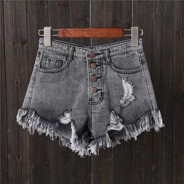 Shorts jeans cinza buraco fileira fivela tamanho grande calças de brim do sexo feminino verão fina calças de pernas largas calças quentes cheap short hot denims de Fornecedores de short denims quentes