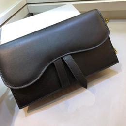 2019 bolsillo pc móvil El bolso de mano cruzada de piel de becerro SADDLE está diseñado para ser un accesorio de metal dorado con letra D y un espacio comercial de gran tamaño.