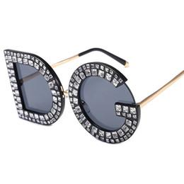 5e58ff1fbc421 Samjune D e G Rodada Óculos De Sol 2019 Novas Mulheres Quadrado de Luxo Da  Marca de Cristal óculos de Sol Das Senhoras Vermelho Amarelo Rosa Bling  Gemstone ...