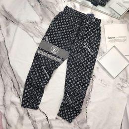 2019 materiais de impressão para exterior Paris moda mens calças marca casual calças top material solto gravata carta impressão costura fio de pé ao ar livre roupas de festa de compras materiais de impressão para exterior barato