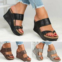 2019 sandálias abertas para as mulheres Mulheres de verão chinelos Cunhas De Couro Sapatos Dedo Aberto Sapatos de Salto Alto Praia Senhoras Sapatos chinelos Casuais Sandálias de Plataforma de Praia sandálias abertas para as mulheres barato