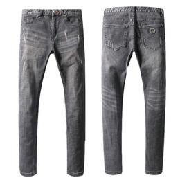 passendes hosendesign für männer Rabatt Berühmte Design Motorrad Jeans Metall Patch Mann grau Stretch Cowboy Hosen zerrissen Slim Fit Biker Denim Hose Mens