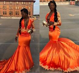 Vestito arancione sexy dalla ragazza online-Popolare 2019 Arancione Prom Dresses Maniche lunghe Vintage Ragazze nere sexy profondo scollo a V Applique abiti da sera Sweep Train BC1058