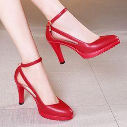 Taille 32 - 43 2018 Automne Femmes Chaussures À Talons Hauts Chaussures De Mode Talons Fins Bout Pointu Cristal Pompes Blanc Noir Rouge Chaussures De Mariage Femme ? partir de fabricateur