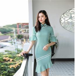 2019 chinesisches traditionelles kleid grün Grün Stehkragen knielangen Kleid Chinese Traditional Style Cheongsam Elegante Herrenhandmade-Knopf-Kleidergröße S-XXL günstig chinesisches traditionelles kleid grün