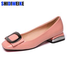 I colori dei pattini del vestito dal tallone basso online-Designer Dress Shoes Candy Colors Donne in pelle verniciata Mocassini casual Donna con fibbia in metallo dolce con fibbia in metallo taglia 40 M978