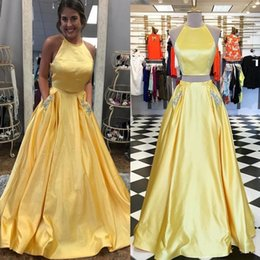 Vestidos de noite amarelos de duas peças on-line-New Two Piece Amarelo Vestidos de Baile 2019 Aberto de Volta Vestido de Festa À Noite Com Contas de Bolso Robe de soiree