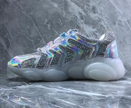 2019 lasers Top bom preço mulheres Urso Tendência Material Reflexivo, Tecido Diamante, Urso Fundo Transparente, Colorido Sapatos De Cristal A Laser, Senhoras tênis lasers barato
