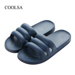 4f9133825d COOLSA dos homens de Verão Apartamento Casa Chinelos Banheiro dos homens  Não-slip EVA Chinelos de Praia leve Flip Flops Slides Atacado