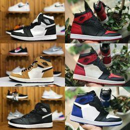 2019 Nike Air Jordan 1 retro jordans Men Basketball Shoes 1s Homenaje a un hogar Bred Bred Chicago Royal Blue Designer Backboard Retro Blanco Rojo Zapatillas de deporte desde fabricantes