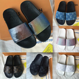 Sapatos casuais on-line-Lastest WATERFRONT MULE Womens Luxo Casual Slides Verão Largo Plana PVC Sapatos de Grife Homens Moda Prisma Rainbow Slippery Sandálias Chinelo