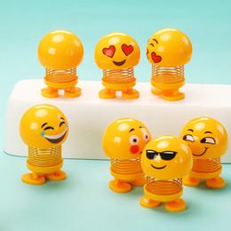 Argentina Venta caliente Sonrisa Emoji Sacudiendo Cabeza Muñecas Ornamento del coche Accesorios Primavera Juguetes Escritorio Bobblehead Muñecas Juguetes divertidos Suministro
