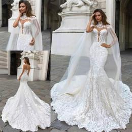 Capas para vestidos de noiva on-line-Lindo Sereia Lace Applique Vestidos de Noiva com Cape Sheer Mergulhando Pescoço Boêmio Vestidos de Noiva Plus Size