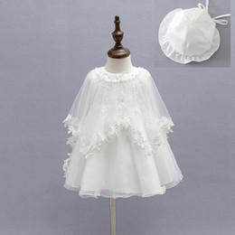 2019 cappelli di battesimo delle ragazze Baby Dress For Girls 3 pezzi Hat + dress + cape vintage neonato vestito da battesimo per baby ball gown robe fille party girl dress Y19061001 sconti cappelli di battesimo delle ragazze