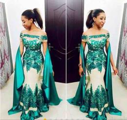 Cacciatore abiti per ragazze online-Hunter Green Black Girl Prom Dresses 2019 Off spalla maniche corte pizzo abiti da sera applique con nastro sweep treno abiti africani