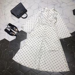 vestido casual para mujer Rebajas 2019 diseñador de las mujeres se visten de gama alta blanco / negro cuello alto mangas acampanadas Logo carta imprimir vestidos para mujer moda Runway 72882