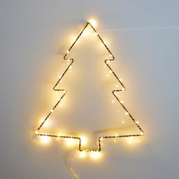 Metallo natale illuminato alberi online-Christmas Tree LED Light Frame Hanger Night Lights Festa di compleanno Festa di Natale Decorazione luci a led Batteria funzionante
