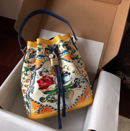 Cuoio di stampa in vacca online-Le nuove borse di lusso del progettista 2019 insacca i sacchetti di marca superiori delle signore di modo di alta qualità del sacchetto del drawstring della mucca stampati fiori Trasporto libero