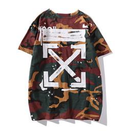 Medio cuello camisa online-Verano Nuevo patrón Tarjeta de marea Aspectos básicos de camuflaje Flecha Manga corta Hombres y mujeres Amantes T Media camisa