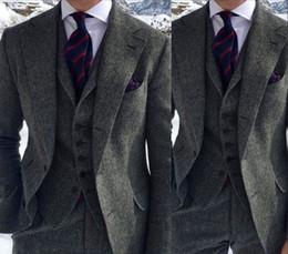 chalecos grises de boda Rebajas Gris oscuro Harringbone Tuxedos de boda 2019 Dos botones con solapa de muesca Slim Fit hombre traje para ocasión de negocios (chaqueta + pantalones + chaleco + arco)