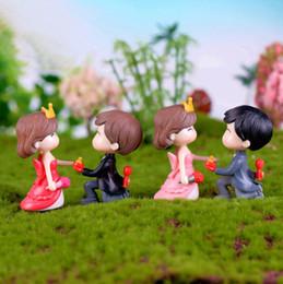 Figurine di matrimonio online-Coppia di sposi Figurine Miniature Marry Me Proporre Matrimonio Ornamenti Artigianato Fata Giardino Bonsai Casa delle bambole Decorazioni di nozze