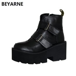 Canada BEYARNE dame courte moto bottes punk femme Harajuku style martin bottes dame talons hauts coins femmes chaussures britanniques 35-39 8cm supplier motorcycle boot wedge heel Offre