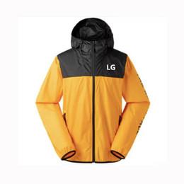 желтые спортивные куртки мужчины Скидка Бренд мужская куртка спортивная ветровка молния пальто мода тонкий верхняя одежда с капюшоном лоскутное желтый белый уличный стиль M-4XL