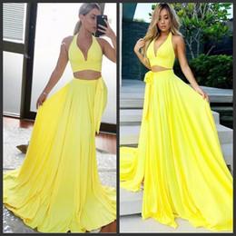 Vestiti da sera gialli due pezzi online-Abiti da ballo stupendi semplici Abiti da cocktail sexy con scollo a V Sexy per le donne Abiti da cocktail Abiti caldi da sera personalizzati