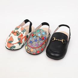 Chinelos deslizadores para meninos on-line-Crianças sapatos de grife caem novos meninos e meninas chinelos três cores podem escolher sandálias de seção de lazer de moda e chinelos