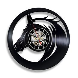 Canada Main Solutions EU UE Cheval Noir Vinyle Horloge Murale Galopant Cheval De Course Ornements Art Décoration Décor Moderne Amour Cadeaux pour Hommes Femmes Chambre Lit Offre
