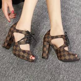 2019 sapatos de casamento de salto largo Sapatos femininos baixos de salto baixo sandálias estação europeia de alta qualidade sapatos de moda feminina de couro de patente lojas de fábrica frete grátis