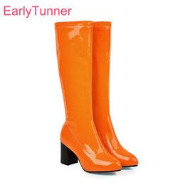 2019 schöne high heels schuhe damen Hot 2019 Winter-Nagelneue reizende Orange Grün Frauen Knee High Glossy Stiefel High Heels Lady Schuhe ES755 Plus-Big Size 10 43 46 48 günstig schöne high heels schuhe damen