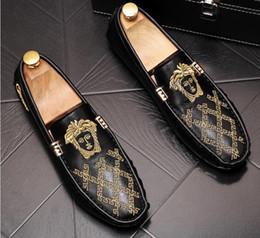 zapatos de noche para hombres Rebajas Estilo británico de los hombres de noche casual zapatos de vestir del partido del brillo del oro bordado regreso al hogar zapatos de baile mocasines masculinos Sapato Social Masculino
