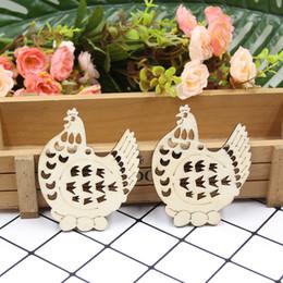 Madera sin terminar online-Diy pollo madera recortes de madera inacabada artesanía etiquetas adornos colgantes con cadena para el hogar decoración de Pascuasui0109