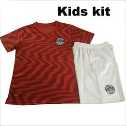 Camisas de egipto online-Camiseta del equipo de fútbol local de Egipto de la Copa del mundo de 2019 M. SALAH Página de inicio de los kits de niños rojos 19 20 KAHRABA A. HEGAZI RAMADAN camiseta de fútbol infantil