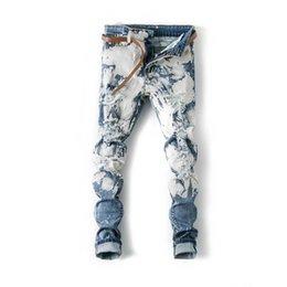 Jeans blancos como la nieve online-2019 jeans para hombres Pantalones de diseño blanco como la nieve azul Destruidos delgada de la cremallera del motorista Denim Vaqueros ajustados rasgado polainas ropa al por mayor