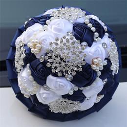 Flores artificiales de color azul oscuro online-Nuevos diamantes de imitación personalizables con flores Novia Ramo de novia Azul oscuro Cinta blanca Rosa Ramo de flores artificiales W3217B