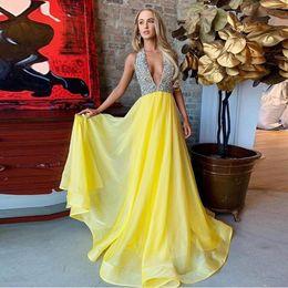 Vestidos de fiesta de color amarillo halter top online-Modest Yellow Halter Vestidos de fiesta largos Vestido de noche con gasa con tope de cristal Ilusión Sin espalda Plus Size Boutique Ocasión Vestido