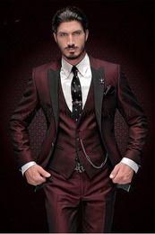 2019 smoking bleu marine bleu Handsome Groomsmen Peak Lapel Gux Smokings Un Bouton Hommes Costumes Mariage / Prom Meilleur Homme Blazer (Veste + Pantalon + Gilet + Cravate) 888