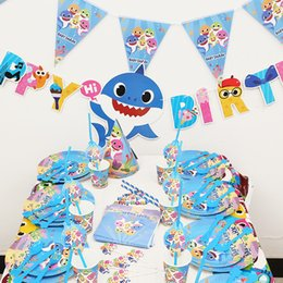 Souvenir bambini online-Baby Shark Compleanno Forniture Decorazione per Festa Bambini Banner Cappello Piatto Tovaglia Stuzzicadenti Souvenir Bag Cucchiaio 16 PZ Set 30SC F1