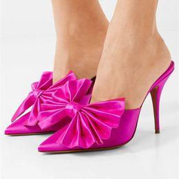 2019 sandalia fucsia Venta caliente- zapatos de pista mujeres arco-nudo tacones altos mulas de satén tacones altos fucsia polkdot negro dedo del pie puntiagudo zapatillas celebridades Sandalias rebajas sandalia fucsia