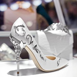 2019 flores de tacones altos con marca Bombas para mujeres Punta estrecha Flor zapatos de boda de tacón Mujeres Seda elegante Diseño de marca Tacones altos Bombas para damas flores de tacones altos con marca baratos