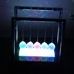 2019 le palle di equilibrio Newton Balance Ball LED Pendolo Colorful Early Fun Development Educazione Cradle Steel Fisica Science Gift Desk Toy AAA1855 le palle di equilibrio economici