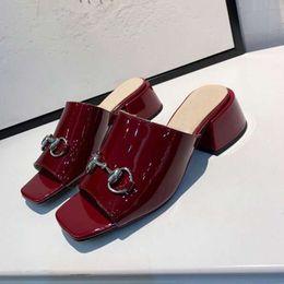Zapatillas de cuero italiano online-Nueva marca de lujo italiana para mujer sandalias de verano zapatillas de viaje de cuero moda banquete talón casual altura 4.5cm35-41 tamaño F033AG0