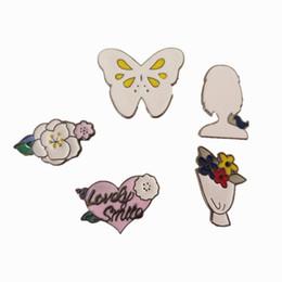 2019 perni di smalto della farfalla all'ingrosso Commercio all'ingrosso-Trasporto libero del fumetto Cute Flowers Butterfly Girl smalto spille Pins distintivo jeans gioielli moda decorazione per le donne regalo perni di smalto della farfalla all'ingrosso economici