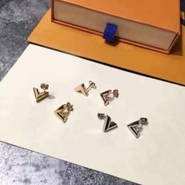 2019 pendientes en forma de v Los hombres y las mujeres de moda caliente clásicos aman los pendientes de acero de titanio en forma de V en forma de V exquisitos bañados en oro de 18K pendientes en forma de v baratos