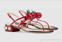 Pelle di ciliegio nero online-estate signora nero / verde / rosso pelle morbida perla ciliegia t bar sandali con tacco basso designer runway di lusso g moda spiaggia alla moda gladiatore
