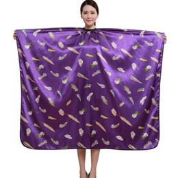 1 unids Delantal De Peluquería Profesional De Corte De Pelo De Impresión De La Flor Del Cabo Peluquería Styling Salon Camps Peluquería Wrap Cloth (K075) desde fabricantes